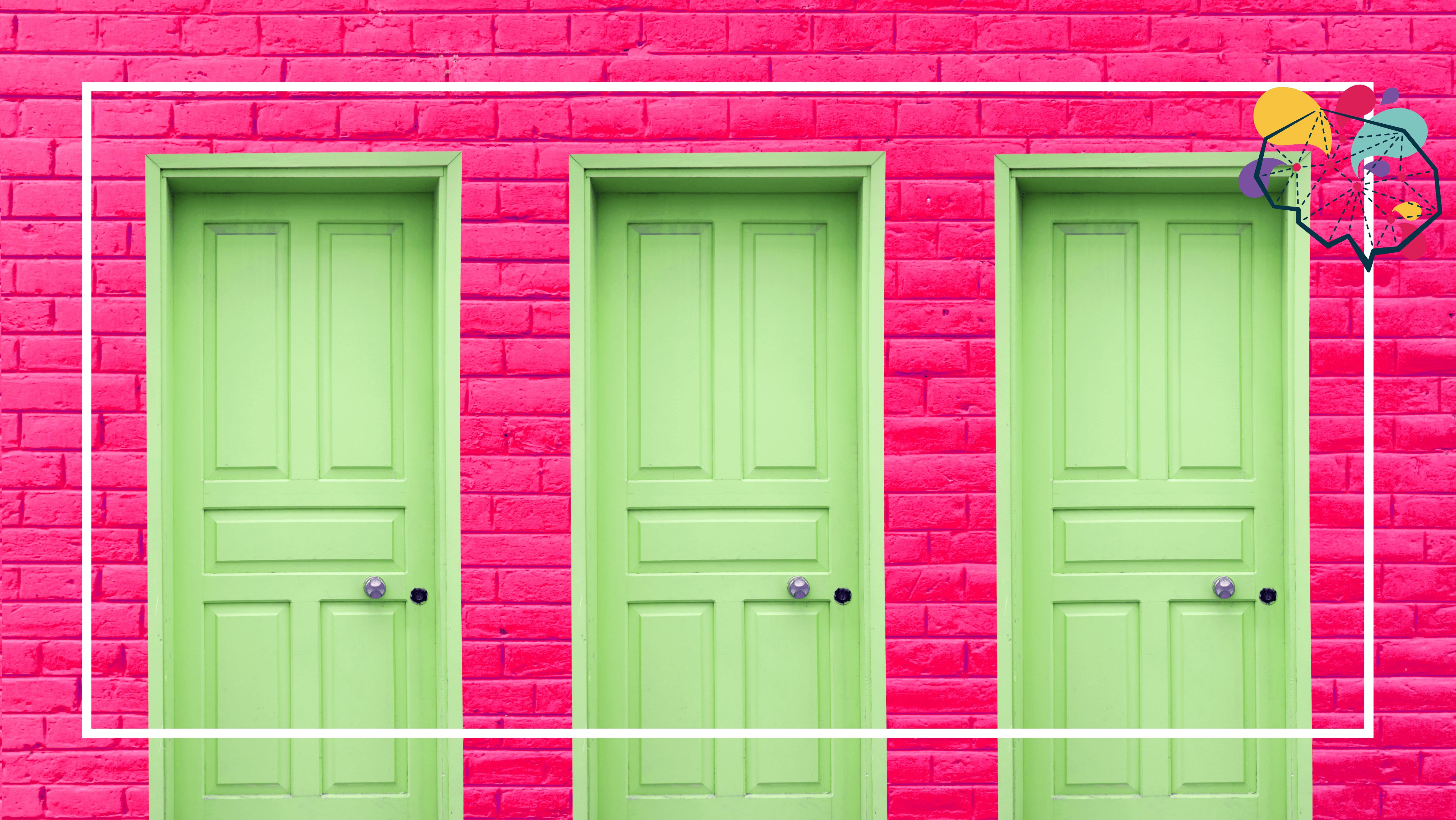 Trois portes vertes fermées.