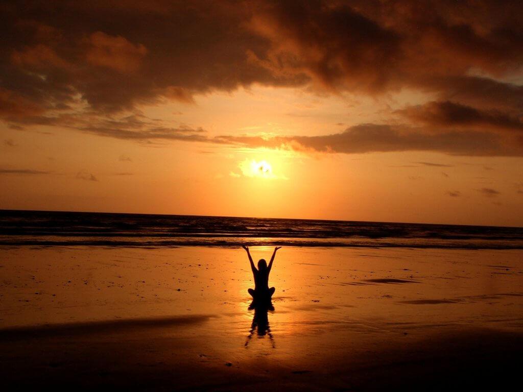 """<img src=""""silhouette de personne qui médite sur la plage"""" alt="""""""">"""